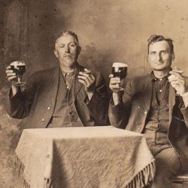 Herrar med cigarrer från en svunnen tid